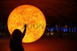 Silhouette einer Frau vor dem Modell der Sonne auf der Ausstellung Sternstunden - Wunder des Sonnensystems im Gasometer Oberhausen