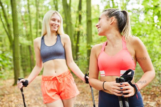 Zwei Freundinnen machen Nordic Walking