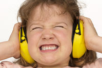 Lärm nervt! Kind trägt Gehörschutz