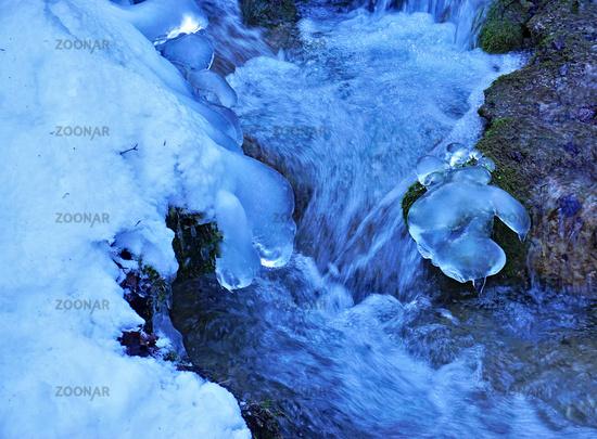 Tauendes Eis im fließenden Bach auf der Schwäbischen Alb, Thawing ice in the flowing creek,
