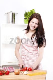 lachende frau beim pasta kochen