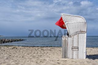 Weißer Strandkorb am Strand von Utersum, Föhr