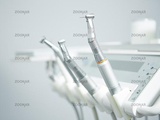 Instrumente und Bohrer beim Zahnarzt