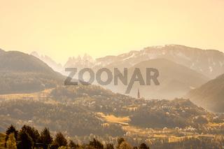 Südtiroler Berglandschaft mit Blick auf die Drei Zinnen in weiter Ferne