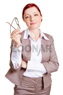 Kurzsichtige Frau hält Brille in der Hand