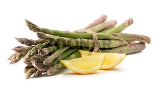 Grüner Spargel mit Zitrone freigestellt