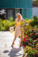 Blonde Frau im Designer Dirndl