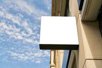 Weißes leeres Schild als Mock-Up Template für Logo