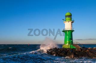 Mole und Molenturm an der Ostseeküste in Warnemünde