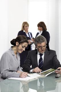 Büroteam bei der Arbeit