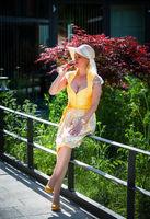 Frau im Dirndl trinkt aus einem Sektglas