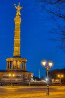 Die berühmte Siegessäule mit einer Straßenlaterne bei Nacht