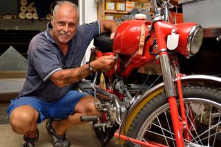 Mechaniker beim Mopedservice