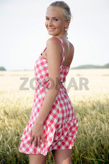 Junge hübsche Frau im Kornfeld