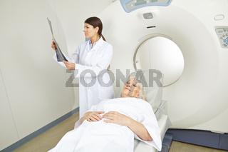 Ärztin schaut auf Röntgenbild vor MRT