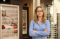Einzelhandel für Brillen: Optiker vor Brillengeschäft