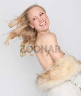 Blonde Frau in weiss-beiger Pelzjacke