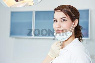 Zahnarzthelferin mit Mundschutz