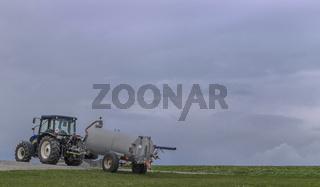 Der Traktor auf dem Feld