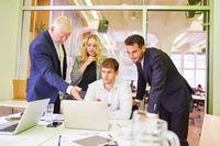Business Team und Berater planen Internetauftritt