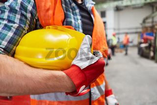 Arbeiter oder Handwerker mit Schutzhelm in Fabrik Halle