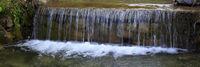 Kleiner Wasserfall in bayerischer Landschaft