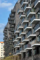 Neues graues Mehrfamilienhaus aus Backsteinen