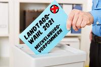 Hand beim Wählen für Landtagswahl 2021 in Mecklenburg-Vorpommern