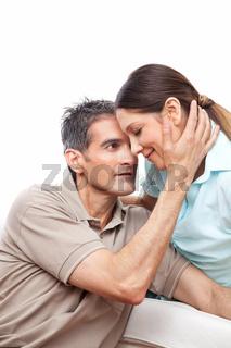 Mann streichelt Frau