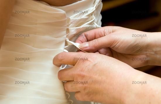 braut kleid hand hilfe mutter