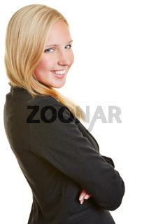 Geschäftsfrau lächelt mit verschränkten Armen