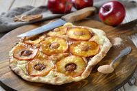 Flammkuchen mit Apfelringen