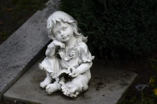 Sitzende weiße Marmorfigur  Sitting white marble figure