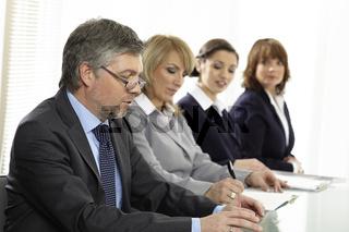 Officeteam bei einer Besprechung