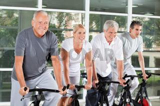 Senioren fahren Rad im Fitnesscenter