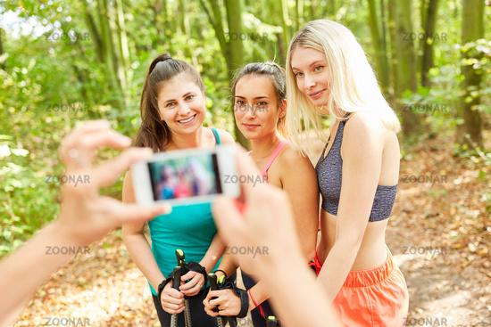 Frauen werden beim Nordic Walking fotografiert