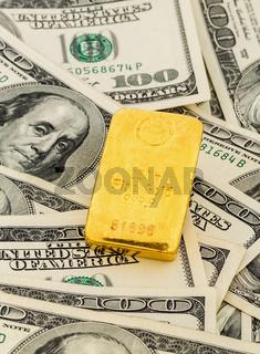 Goldbarren auf Dollarscheinen