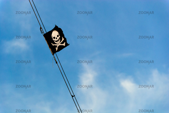 piraten flagge baluer himmel