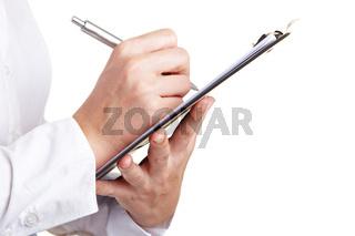 Hand füllt Checkliste aus