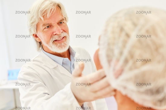 Hautarzt kontrolliert Thermage Behandlung