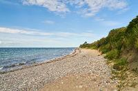 Strand mit Steinen und Steilküste bei Warnemünde