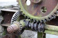 historische Ölmühle am Schloss Brake, altes Getriebe am Stauwehr