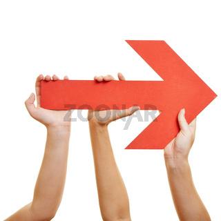 Hände halten Pfeil nach rechts