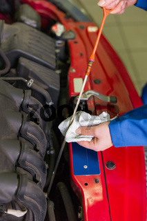 Öldruck im Auto wird gemessen