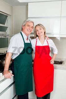 Zwei Senioren in Küche