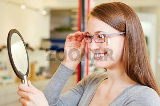 Junge Frau mit Brille und Spiegel
