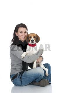 Junge Frau mit Beagle
