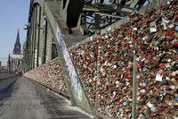 Touristenattraktion Liebsesschlösser auf der Hohenzollernbrücke, fast menschenleer während der Covid 19-Pandemie