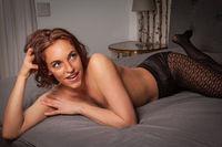 Sexy schöne Frau posiert auf dem Bett