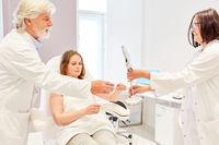 Ärzteteam im Beratungsgespräch mit Patientin